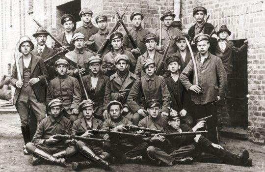 Zdjęcie poglądowe. Polscy powstańcy podczas trzeciego powstania śląskiego. Maj 1921. Źródło: Centralne Archiwum Wojskowe. Autor:nieznany-anonimowy.